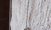 """Prikaz inštalacije """"po starem"""" z novimi materiali.Kabel pleten,položen na keramične distančnike..."""