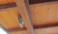 Nadometna napeljava za LED reflektor po leseni konstrukciji