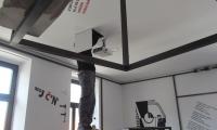 Ureditev napeljave za projektor ob zaključku del na spominski sobi Srečka Kosovela v Sežani