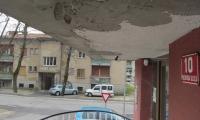 Manjše vzdrževalno delo na vhodu stanovanjskega bloka