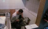 Nujno vzdrževalno delo (puščanje vodovodne inštalacije),stanovanjski blok v Kozini